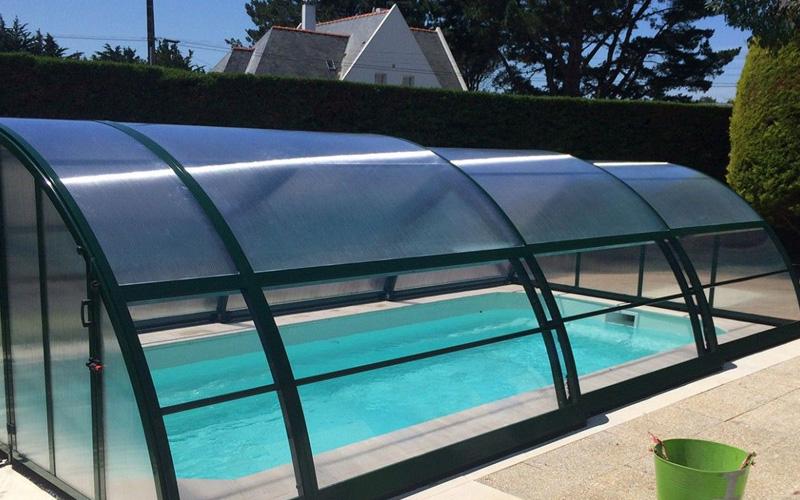 Abri piscine cintré mi-haut avec cotés transparents