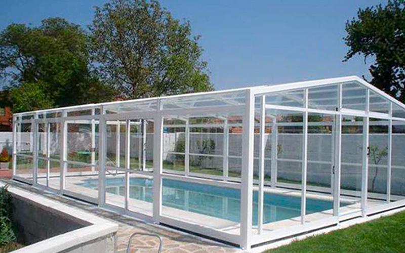 Abris piscines hauts avec portes coulissantes sur le coté