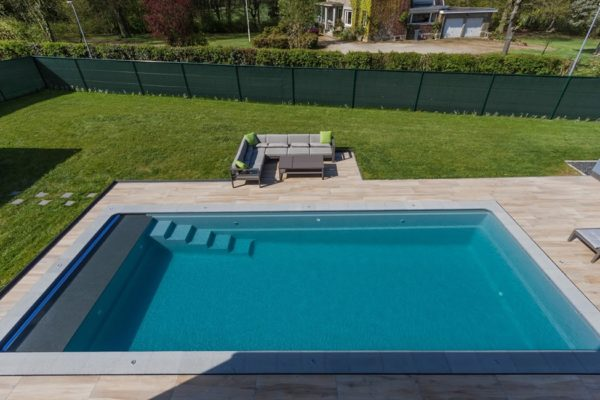 Piscine Leisure pools Cube volet sous banquette en Granit