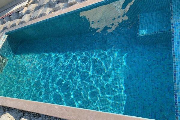Piscine céramique avec turbine de nage